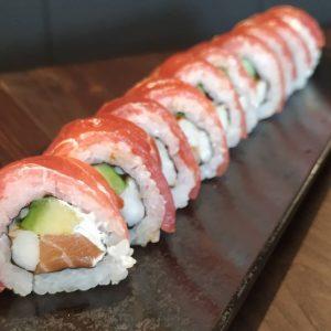 """En japonés la palabra """"maki"""" significa enrollado y suele designar esos rollos de alga nori rellenos de arroz sushi y de verduras y / o pescado. Una vez enrollado, se suele cortar en 8 porciones, lo que hace que los makis tengan un cierto tipo de grosor."""