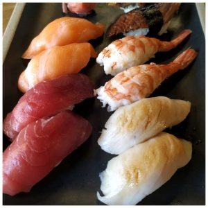 La possiblement la millor taverna Japonesa Cal Roka amb en Kazuya i en Roberto. Per als bons paladars coneixedors de l'oferta japonesa a Andorra, Una mica de Japó no és cap novetat. Aquesta izakaya (taverna japonesa Cal Roka) és un dels millors referents d'Andorra la Vella en l'especialitat. Tot succeeix en un petit i acollidor local, que té vuit taules altes amb tamborets i espai per a quatre a la barra. Els millors restaurants japonesos d'Andorra. Un tour gastronòmic pel Japó sense bellugar-se d'Andorra. Una selecció dels millors restaurants japonesos de la ciutat. Hi trobareu les tavernes més tradicionals al costat dels sushis més exòtics i sofisticats, solucions per al dia a dia o per a aquelles ocasions especials en què us ve de gust fer-vos un homenatge. I si us quedeu amb més gana i voleu tastar altres opcions que ens ofereix Andorra la Vella, tasteu possiblement el millor sushi d'Andorra, o les opcions per gaudir d'una gastronomia japonesa diferent i original, aperitius i bones postres. I el resultat és fantàstic tant per als experts en l'ús dels bastonets com per als que ho fan per primera vegada. L'oferta és extensa, i el sushi i el sashimi són de primeríssima qualitat. Jo tinc predilecció pels maki spicy tuna (amb tonyina, salsa picant i enciam) i pels maki crispy toro roll (amb ventresca de tonyina, pinyons i salsa picant). Al Cal Roka Taverna Japonesa Kazuya hi ha especialitats de la casa. La millor cuina japonesa en viu i en directe. Deixeu-los fer. Tallen el sushi amb la destresa d'autòmats i la delicadesa d'un samurai. Senzillament, estem davant d'una de les millors barres de sushi d'Andorra la Vella. La Taverna Kazuya acompleix el petit miracle d'oferir un sushi excel·lent a un preu arranat. El shushiman Kazuya és el punt focal d'atenció d'aquest deliciós raconet: des de la barra talla i munta delícies. La cocina japonesa se ha vuelto popular en todo el mundo, en especial por su buen aspecto, y su variedad de sabores que nos pueden llegar a resultar