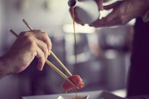 Además del sushi; maki, nigiri o sashimi, son algunos de los platos que pueden causar confusión. ¿Cuáles llevan arroz? ¿Cuáles llevan pescado crudo? ¿Llevan todos la peculiar alga nori? ¿La llevan por dentro o por fuera?