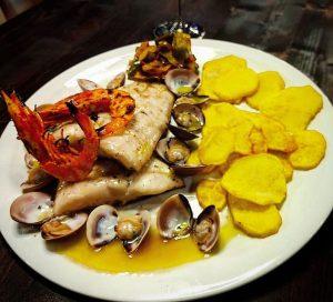 Lluç de palangre a la brasa amb patates fregides casolanes, cloïsses i gambes fresques