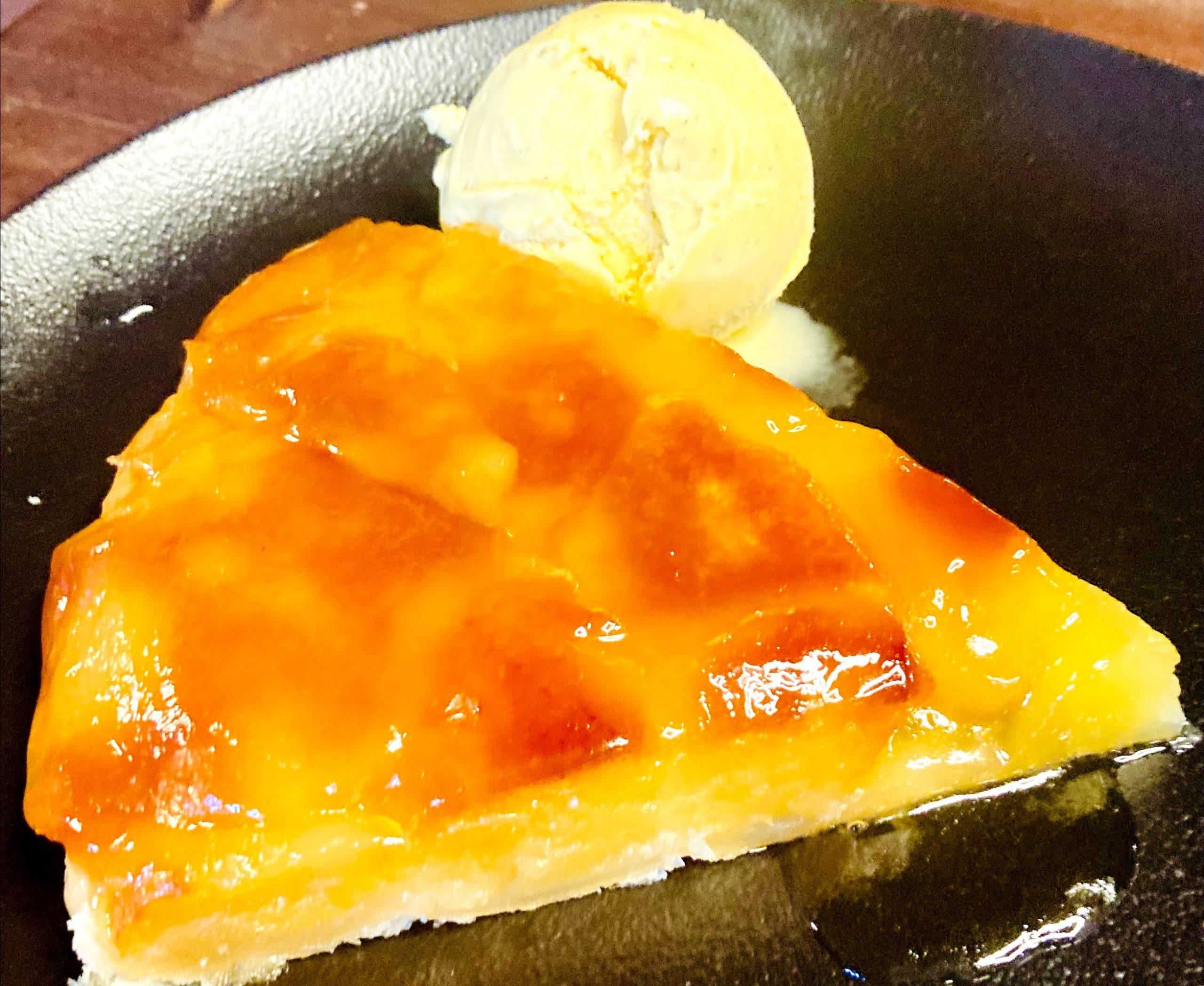 Tarta Tatin feta al forn de carbó Josper La tradició diu que la Tarta Tatin va ser creada per accident a l'Hotel Tatin de Lamotte-Beuvron