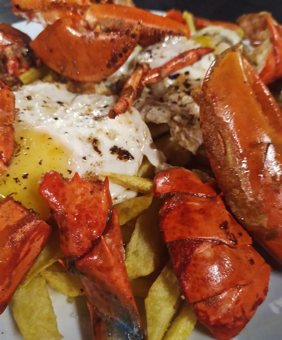 """Manjar del mar frito en Restaurant Cal Roka al estilo de Formentera """"Bogavante Salvaje"""" El restaurador formenterense Joan Yern 'Jhonny' relata el origen de este plato que se cocina ahora en medio mundo y que se ha convertido en el manjar estrella de las islas."""