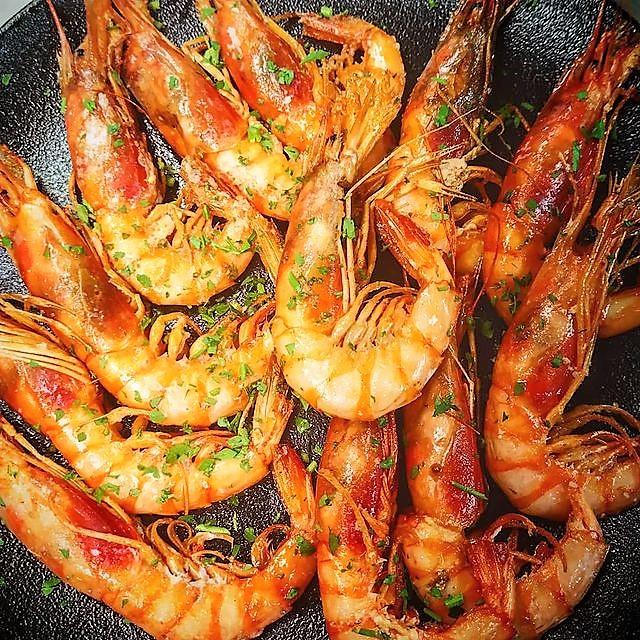 Gamba vermella planxa a la Taverna Cal Roka tenim una varietat de cuina a Andorra. Un autèntic Restaurant Japonès, una brasa excel·lent amb especialitats com el secret ibèric o les costelles de porc ibèric a la brasa i plats de cuina de proximitat
