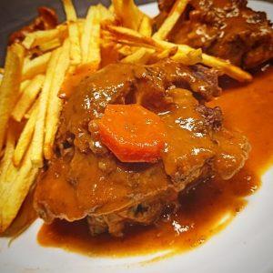 En Restaurant Taverna Cal Roka puede degustar el rabo de toro a la Cordobesa receta típica de las cocinas cordobesa y madrileña