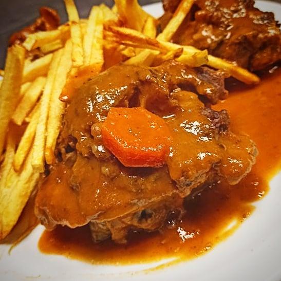 En Restaurant Taverna Cal Roka puede degustar el rabo de buey a la Cordobesa