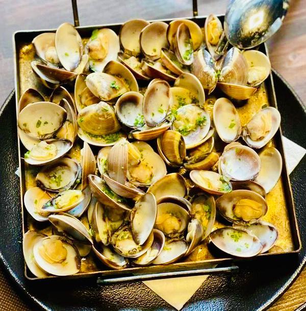 A la Taverna Cal Roka podreu trobar una gran varietat de plats a la nostra carta i de plats del dia, també peixos i marisc fet al forn de llenya. O Cloïsses saltades, carxofes a la llauna i bons vins que només és podent trobar a Restaurants de qualitat.