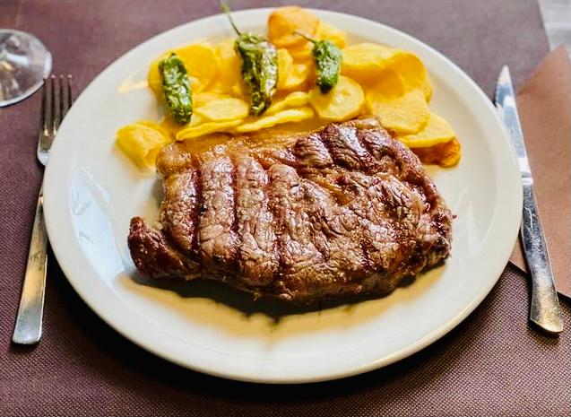 Entrecot de carns prèmium a la brasa amb patates fregides fetes a casa. Restaurant Japonès Taverna Cal Roka Andorra Cuina japonesa i de proximitat. T. +376724420 Andorra la Vella https://tavernacalroka.com/ Carrer de La Sardana, 28 –AD500 Andorra la Vella - T. +376724420 - Tel. +376626210 . Taverna Japonesa Cal Roka – Podeu reservar taula al +376724420 . En Kazuya al Restaurant Japonès Cal Roka broda els nigiris: Una magnífica tècnica, un productàs i una creativitat perquè ploris com un nadó amb cada mossegada. https://tavernacalroka.com/ En nuestro restaurante Cal Roka en Andorra la Vella no escatimamos esfuerzos en ofrecer a nuestros clientes solo lo mejor. Su satisfacción es nuestra mayor recompensa. No sabemos si somos el mejor restaurante de carnes a la parrilla de Andorra la Vella a la vez que Restaurant Japonés, pero ponemos cada día nuestro empeño en serlo. Taverna Cal Roka té una selecció dels millors plats de restaurants japonesos d'Andorra la Vella. A Taverna Cal Roka trobareu els plats de tavernes més tradicionals al costat del menjar japonès més gastronòmic, solucions per al dia a dia o per a aquelles ocasions especials en què us ve de gust fer-vos un homenatge. I si us quedeu amb més gana i voleu tastar altres opcions que ens ofereix la ciutat d'Andorra la Vella, tasteu el millor sushi d'Andorra o els millors aperitius asiàtics d'Andorra.