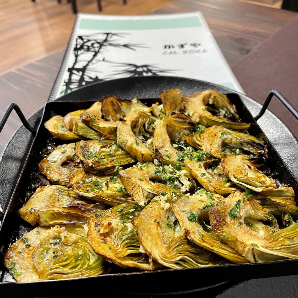 Carxofes a la llauna Restaurant Japonès Taverna Cal Roka Andorra Cuina japonesa i de proximitat. T. +376724420 Andorra la Vella https://tavernacalroka.com/ Carrer de La Sardana, 28 –AD500 Andorra la Vella - T. +376724420 - Tel. +376626210 . Taverna Japonesa Cal Roka – Podeu reservar taula al +376724420 . En Kazuya al Restaurant Japonès Cal Roka broda els nigiris: Una magnífica tècnica, un productàs i una creativitat perquè ploris com un nadó amb cada mossegada. https://tavernacalroka.com/ En nuestro restaurante Cal Roka en Andorra la Vella no escatimamos esfuerzos en ofrecer a nuestros clientes solo lo mejor. Su satisfacción es nuestra mayor recompensa. No sabemos si somos el mejor restaurante de carnes a la parrilla de Andorra la Vella a la vez que Restaurant Japonés, pero ponemos cada día nuestro empeño en serlo. Taverna Cal Roka té una selecció dels millors plats de restaurants japonesos d'Andorra la Vella. A Taverna Cal Roka trobareu els plats de tavernes més tradicionals al costat del menjar japonès més gastronòmic, solucions per al dia a dia o per a aquelles ocasions especials en què us ve de gust fer-vos un homenatge. I si us quedeu amb més gana i voleu tastar altres opcions que ens ofereix la ciutat d'Andorra la Vella, tasteu el millor sushi d'Andorra o els millors aperitius asiàtics d'Andorra.