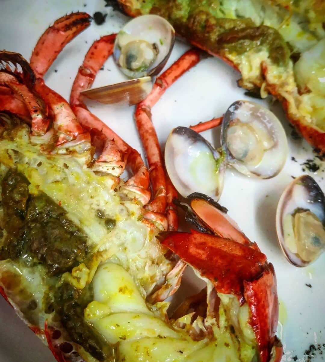 LLAMÀNTOLS - Els pescadors se'ls menjaven a la brasa. Josep Pla al seu llibre EL QUE HEM MENJAT afirma que és la millor forma de menjar aquests grans crustacis, i també les gambes